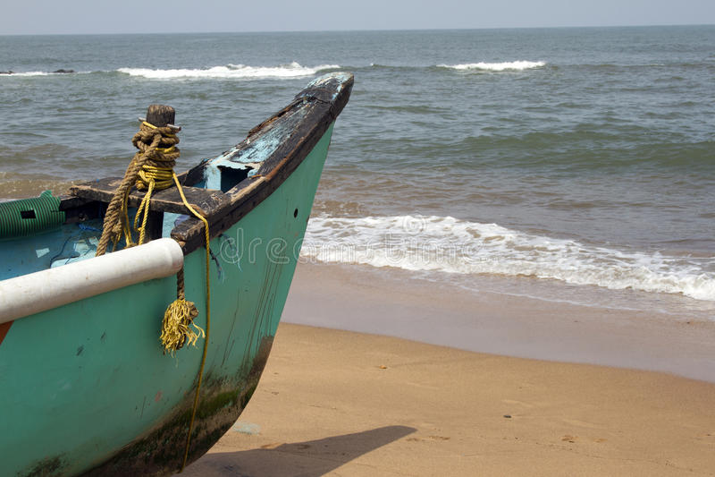 Stara łodzi rybackiej pozycja na piaskowatej plaży India, Goa obraz stock