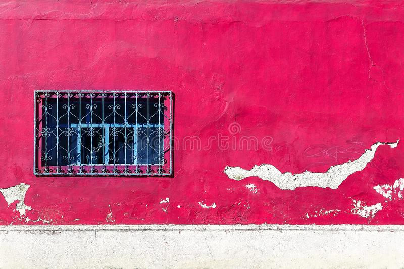 Stara ściana menchie i biel barwimy z okno Architektoniczny rocznika tło fotografia stock