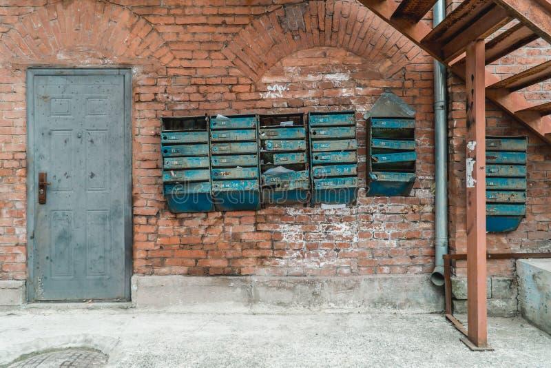 Stara ściana z cegieł z antykwarskimi skrzynkami pocztowymi obrazy stock