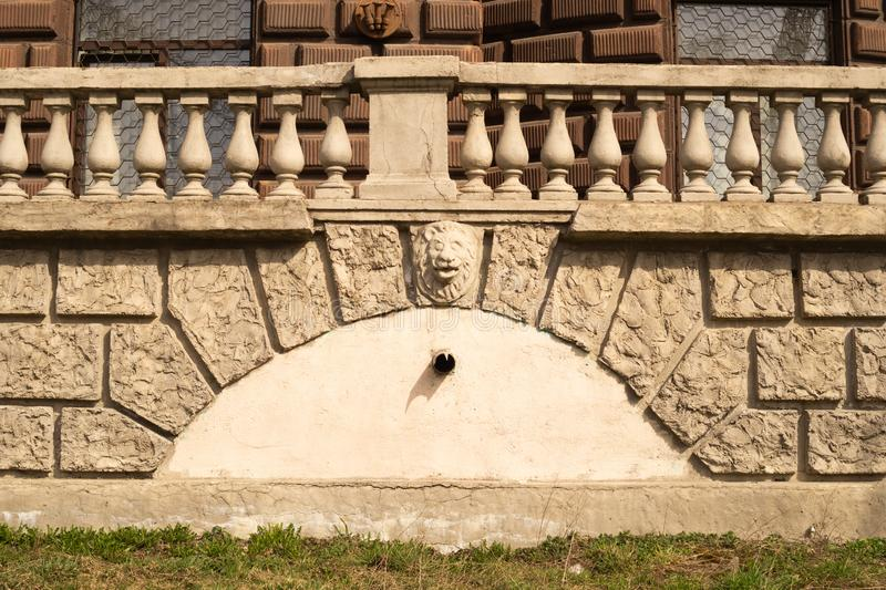 Stara ściana z cegieł z balustradowym tłem izoluje od ciosowej cegły tekstury fotografia stock