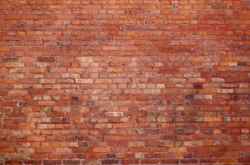 Stara ściana z cegieł z czerwonymi elementami obrazy royalty free