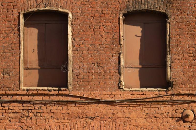 Stara ściana z cegieł z wsiadającym okno tłem zdjęcia stock