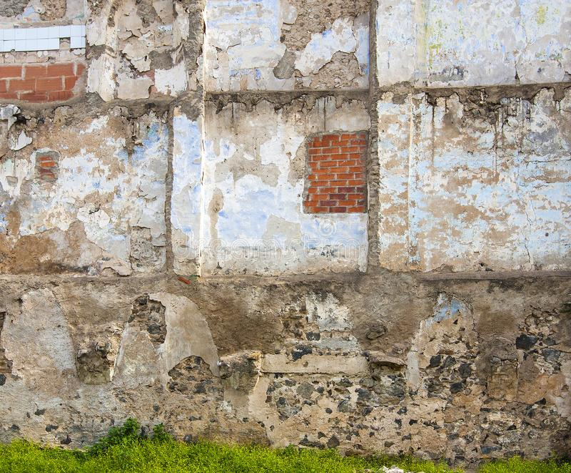 Stara ściana z pęknięcia tłem obrazy royalty free