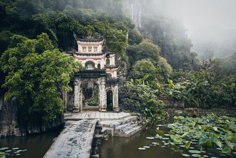 Stara świątynia po środku Wietnamskiej natury obraz royalty free