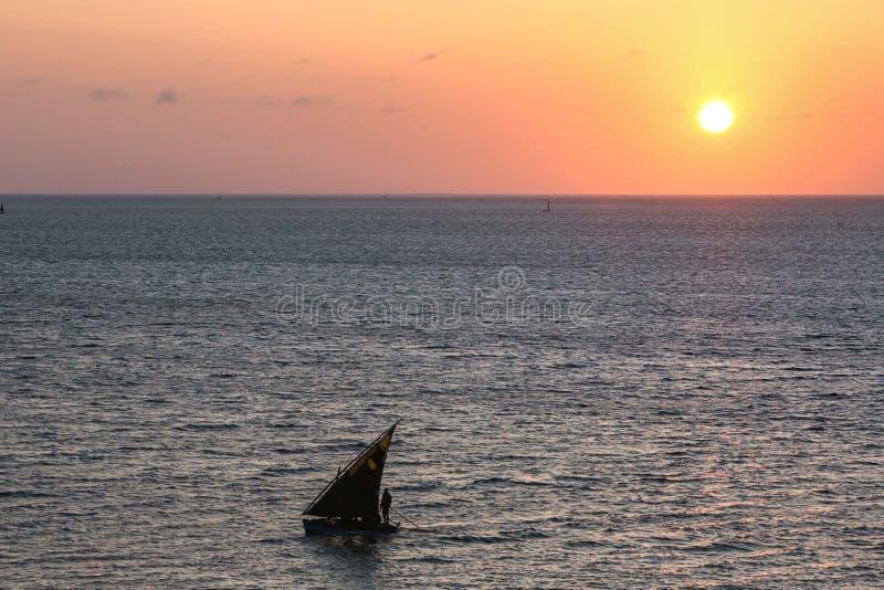 Stara żagiel łodzi sylwetka przeciw zmierzchowi lub wschodowi słońca zdjęcie royalty free