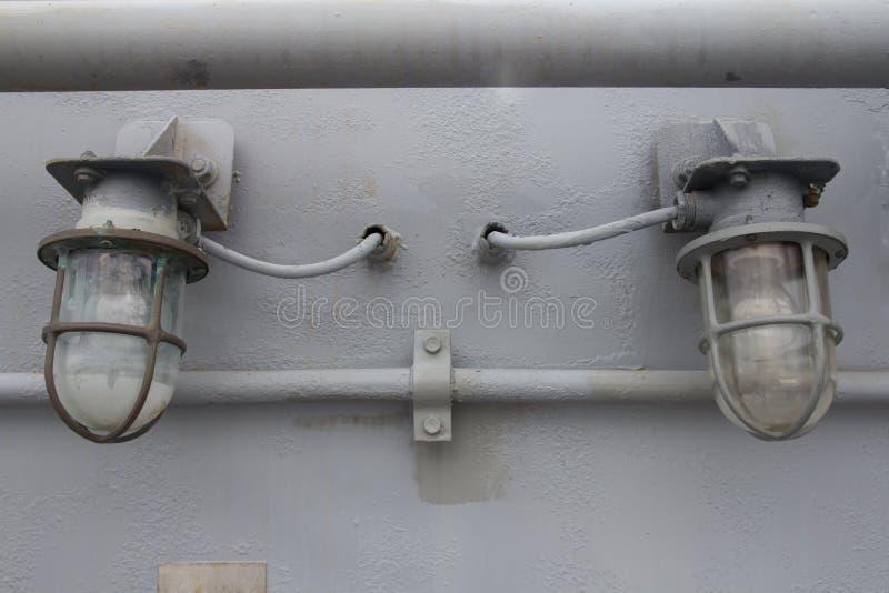 Stara żarówka na betonowej ścianie obraz stock