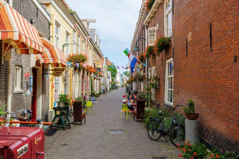 Stara aleja z kwiatami w historycznym centrum Delft holandie obraz stock