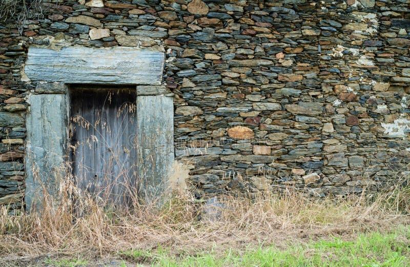 Stara antyczna zaniechana dom ściana z drewnianym drzwi przy asturian wioską fotografia royalty free