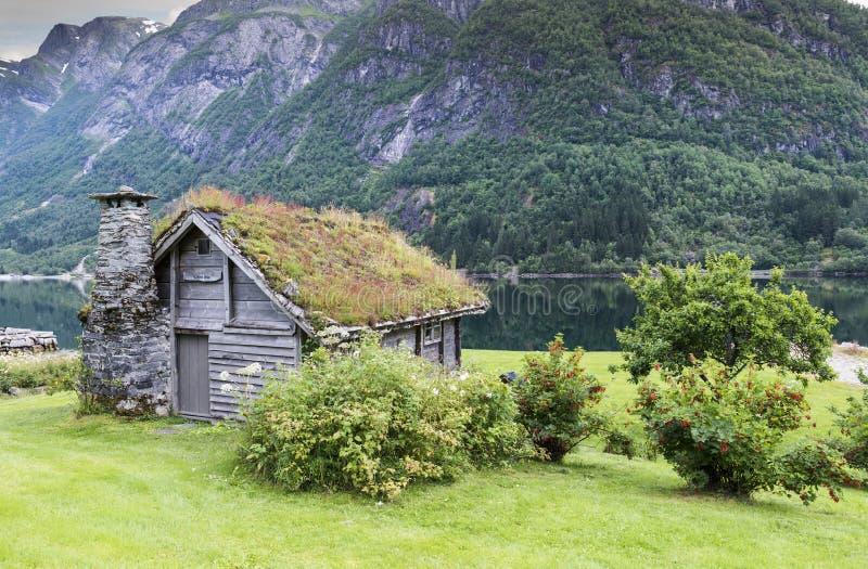 Stara bajka jak dom drewno z kominem brogujący łupek obrazy stock