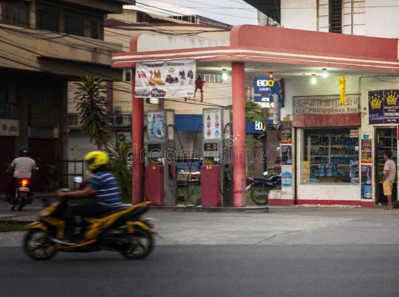 Stara Benzynowa stacja przy Guerro-Monteverde ulicami, Davao miasto, Filipiny obrazy royalty free