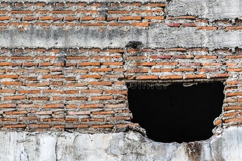 Stara betonowa ściana z łamanymi płytkami w zaniechanym budynku zdjęcia royalty free