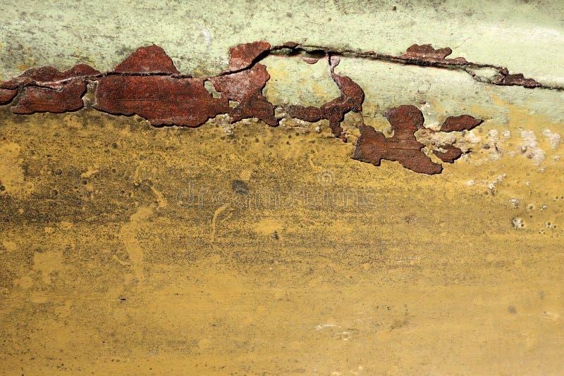 Stara betonowa ściana z przełamem i pęknięciem zdjęcie royalty free