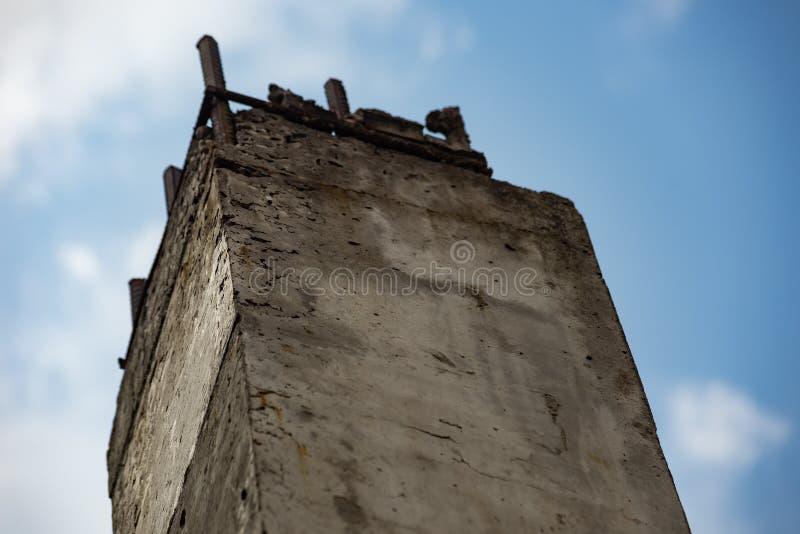 Stara betonowa kolumna z metal stadninami fotografia royalty free