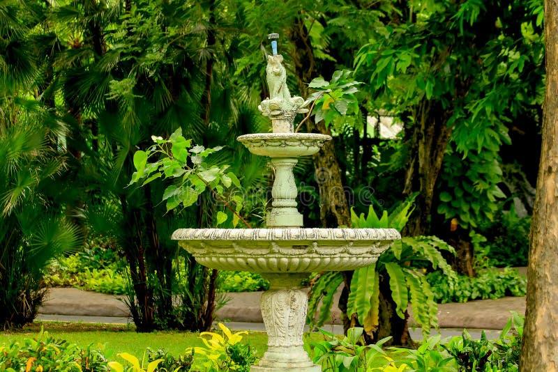 Stara biała fontanna w parku obraz royalty free