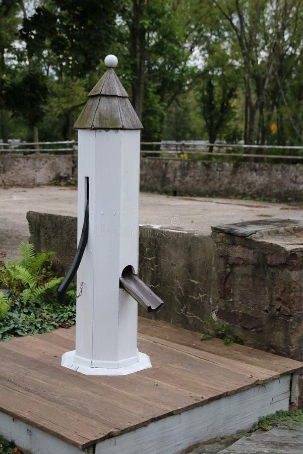 Stara biała pompa wodna w wsi zdjęcie royalty free