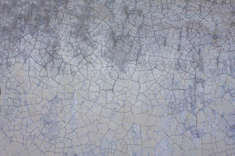 Stara biała szara purpury ściana z pęknięciami i plamami brud Szorstkiej powierzchni tekstura obrazy royalty free