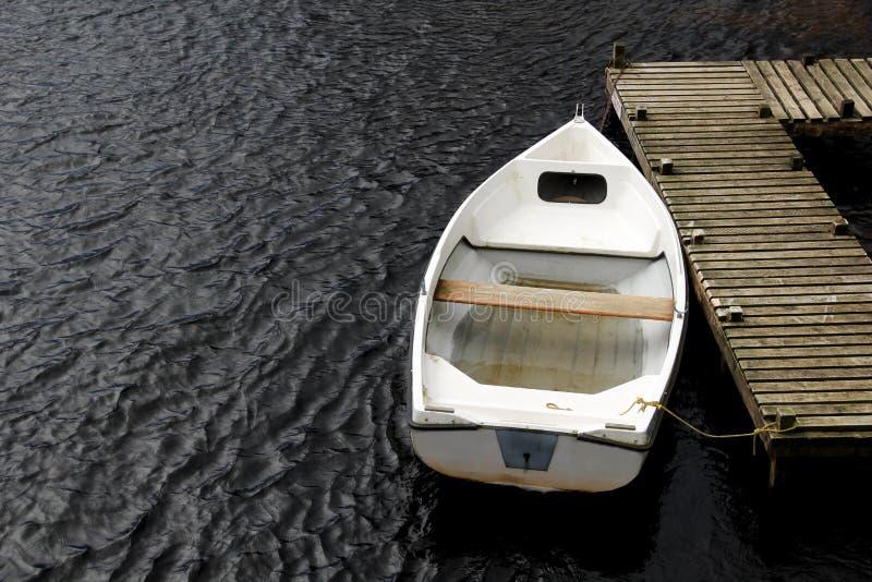 stara biała wioślarska łódź zdjęcie stock