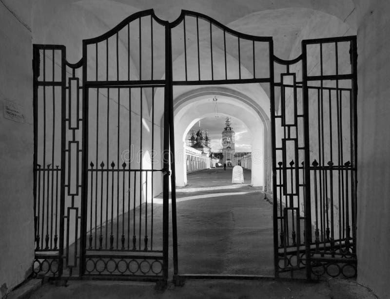 Stara brama czarny white zdjęcie royalty free