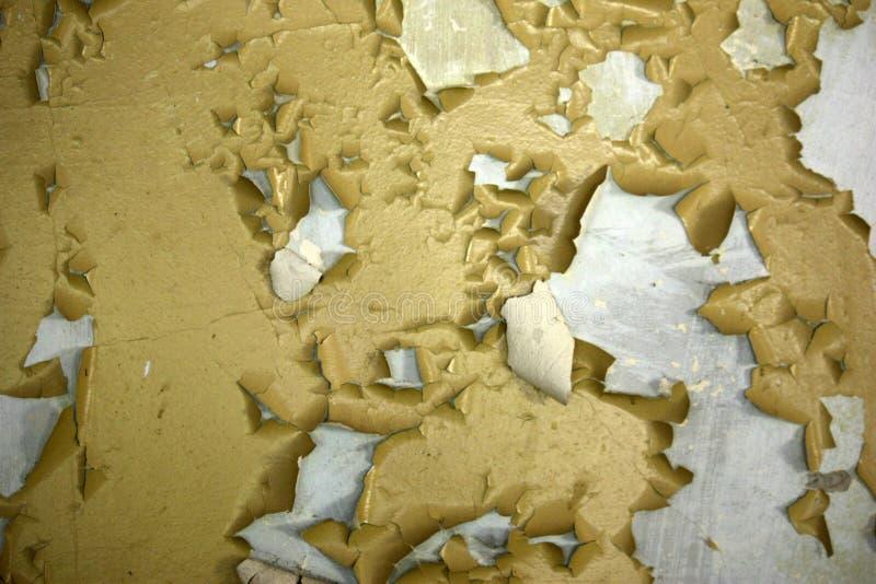 stara brudna ściana z żółtą farbą pękającą od czasu do czasu, może używać jako tekstura lub tło zdjęcia stock