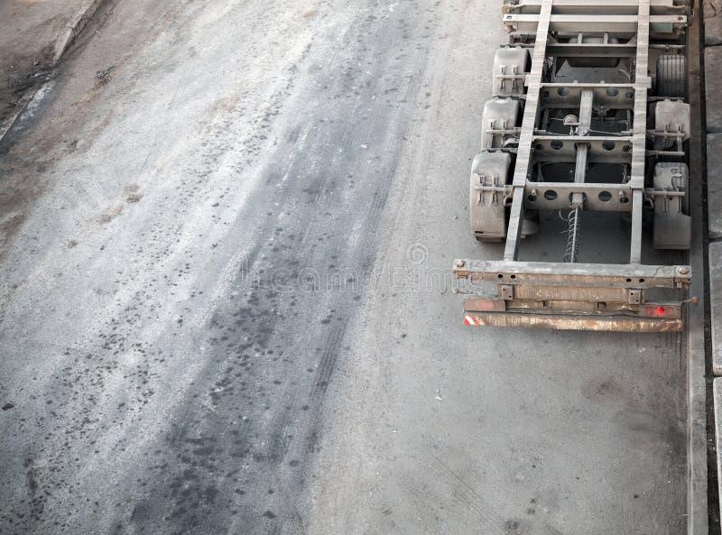 Stara brudna pusta ładunek ciężarówka parkująca na starej drodze obrazy stock