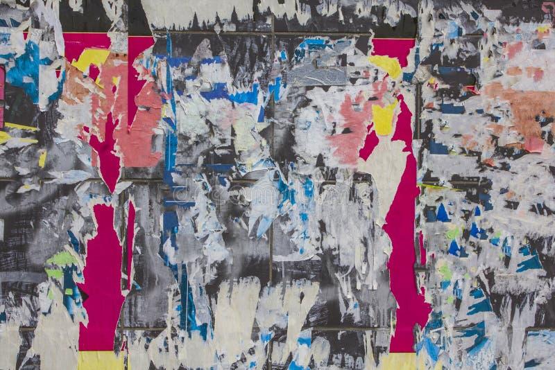 Stara brudna szarości ściana z barwiącymi drzejącymi kawałkami reklamy różni kształty i rozmiary Szorstkiej powierzchni tekstura obraz stock