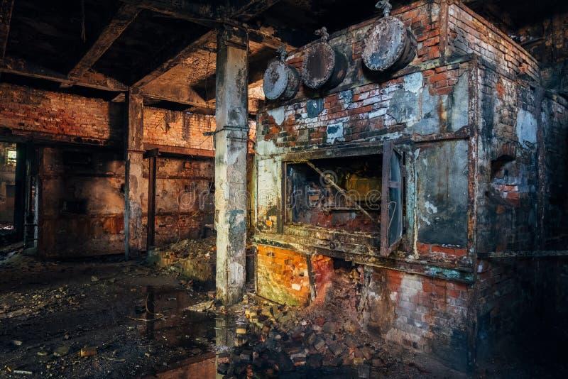 Stara ceglana przemysłowa kuchenka w zaniechanym kotłowym pokoju w fabryce obrazy royalty free