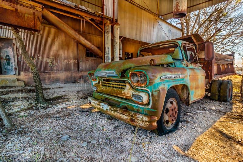 Stara Chevy ciężarówka Parkująca przy Starym Crawford młynem w Walburg Teksas zdjęcia royalty free
