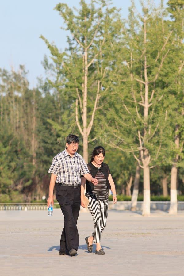 Stara Chińska para chodzi w parka ona słonecznym dniu, Pekin, Chiny obrazy stock