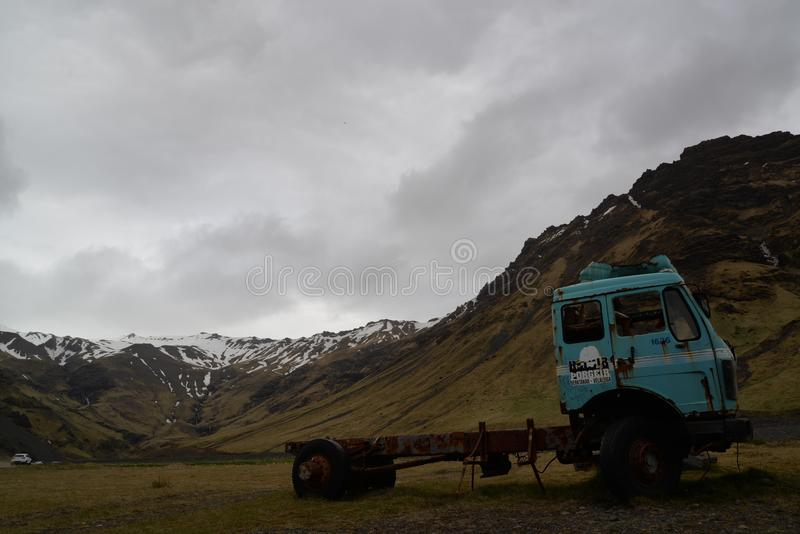 Stara ciężarówka na ścieżce Seljavallalaug obrazy royalty free