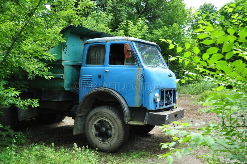 Stara ciężarówka na tle natura obraz stock