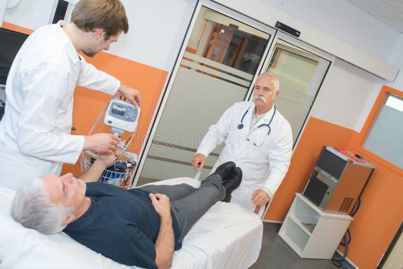 Stara cierpliwa mienie ręki pielęgniarka w rehab centrum fotografia royalty free