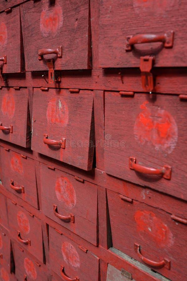 Stara czerwień kuje gabineta zdjęcia stock