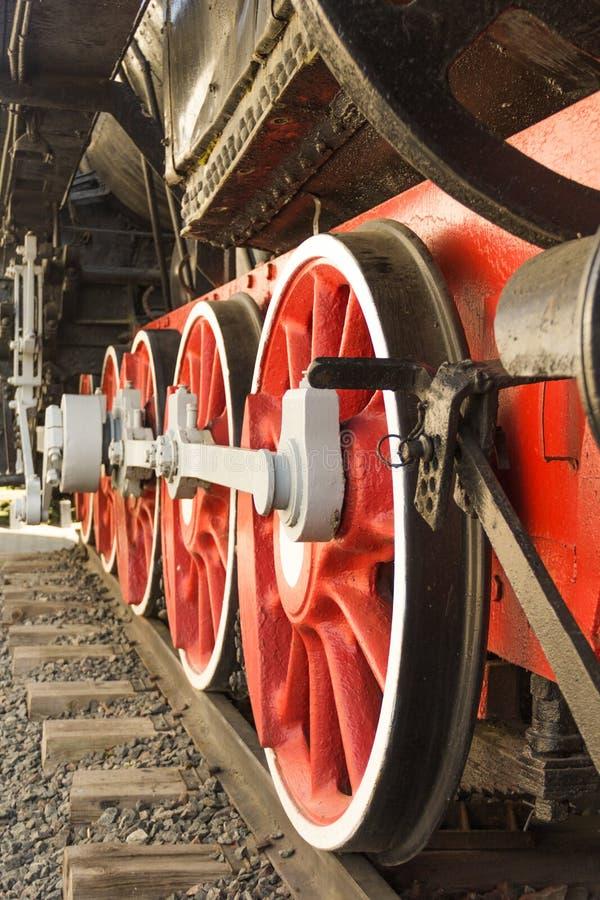 Stara czerwona parowa lokomotywa toczy zbliżenie fotografia royalty free