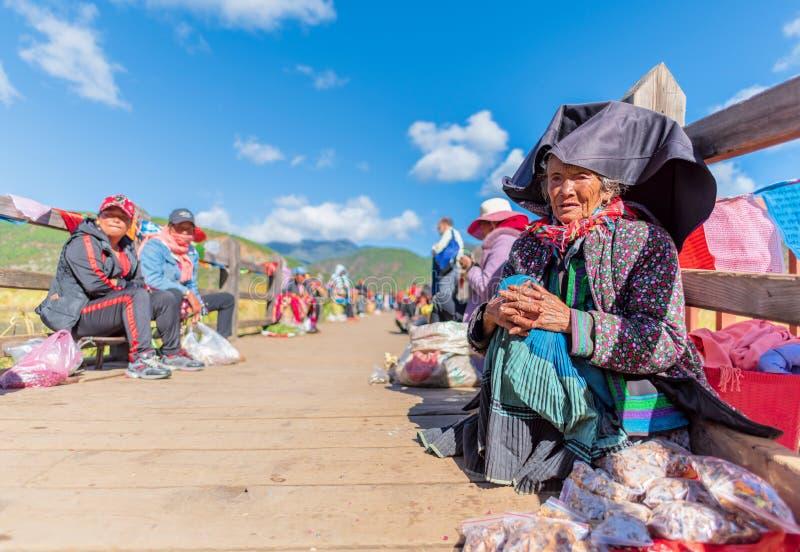 Stara dama Mosuo w Lugu jeziorze obraz stock