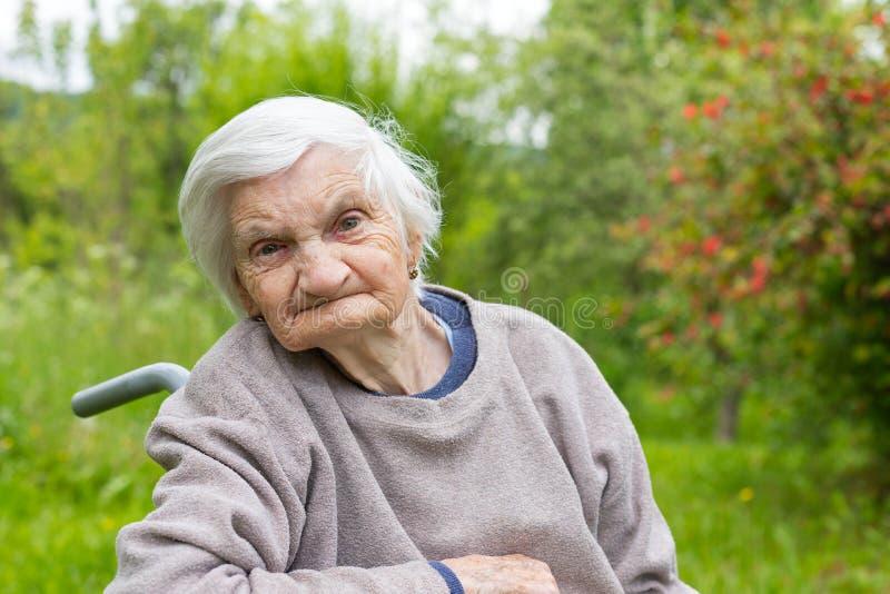 Stara dama w wózku inwalidzkim obrazy stock