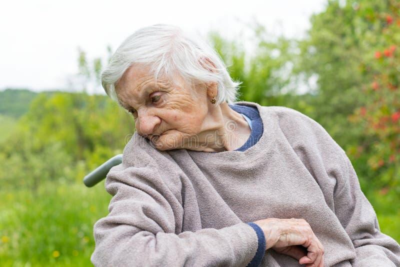 Stara dama w w?zku inwalidzkim fotografia stock