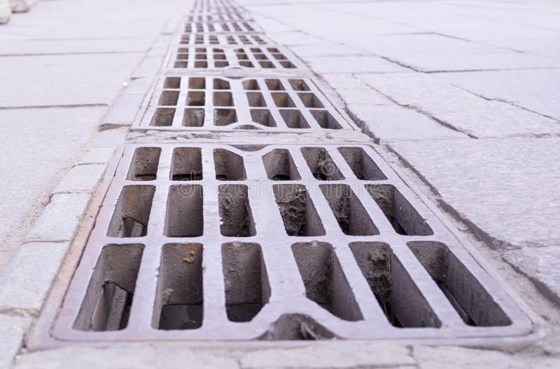 Stara drenażowa rynnowa klatka z perspektywą przemysłowy, tło zdjęcia royalty free