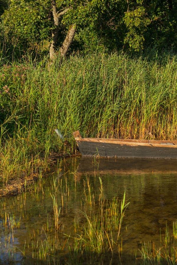 Stara drewniana łódź na jeziorze zdjęcia royalty free