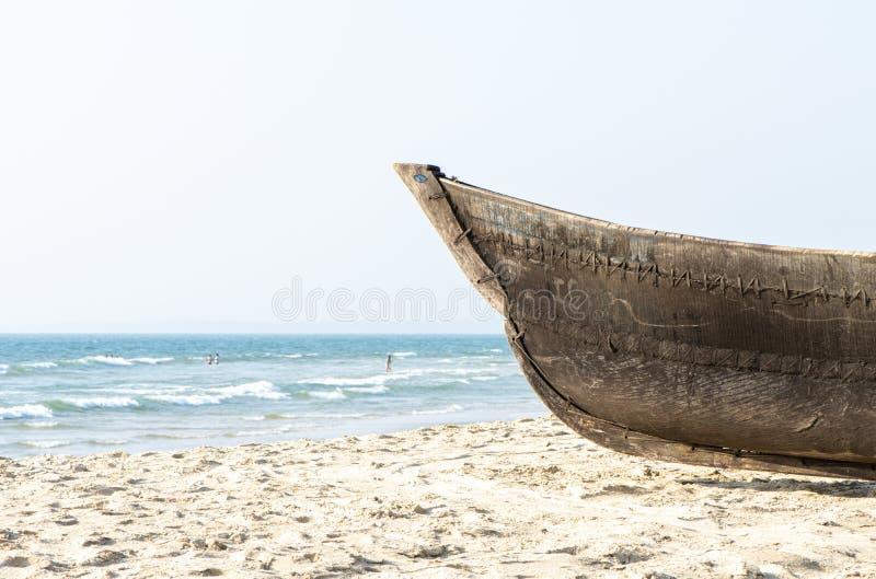 Stara drewniana łódź na plaży w Goa zdjęcia stock