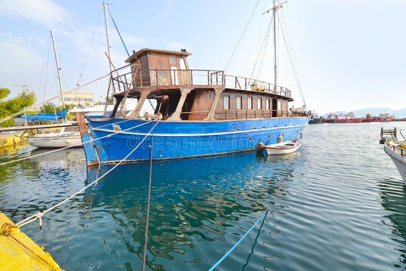 Stara drewniana łódź przy Eleusis portem Grecja obraz royalty free