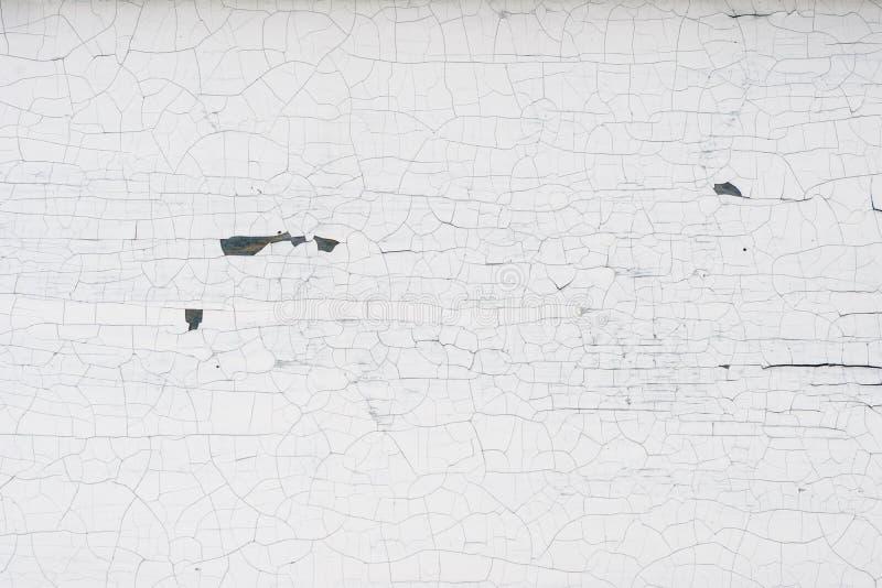 Stara drewniana ściana z krakingową i struga białą farbą obrazy stock