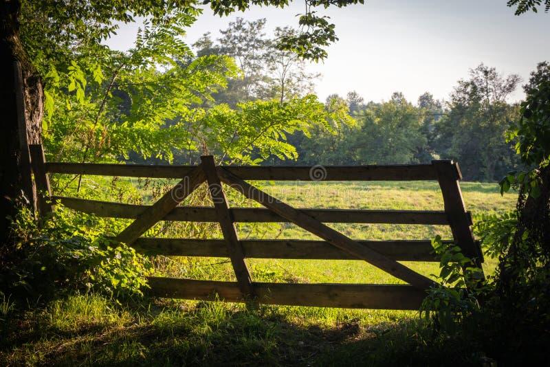 Stara drewniana brama, wejście w zieloną łąkę w słonecznym dniu w Rumunia obrazy stock