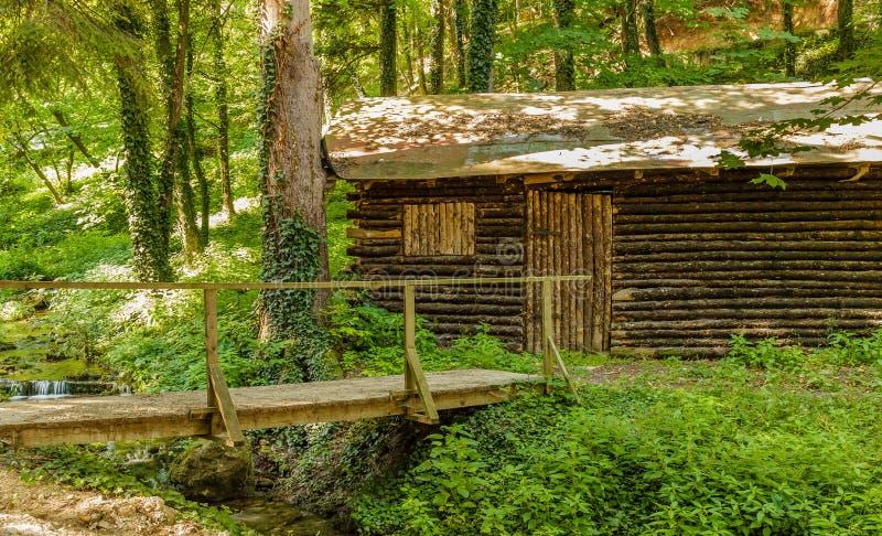 Stara drewniana chałupa obok strumienia w Sokobanja, Serbia zdjęcie stock
