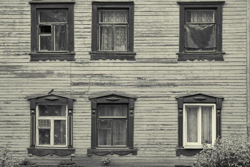 Stara drewniana domowa fasada z sześć pięknymi okno zdjęcia stock