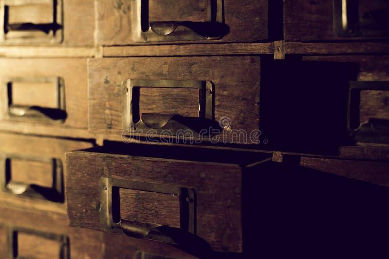Stara drewniana garderoba z ma?ymi kre?larzami dla przechowa? listy, rocznik skrytka, wy??cznego xix wiek handmade garderoba fotografia stock