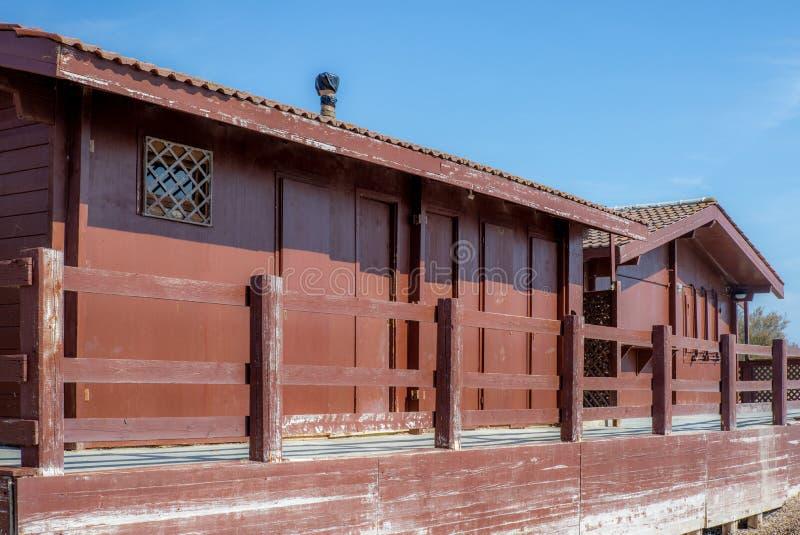 Stara drewniana kabina na plaży blisko morza w Tuscany fotografia royalty free