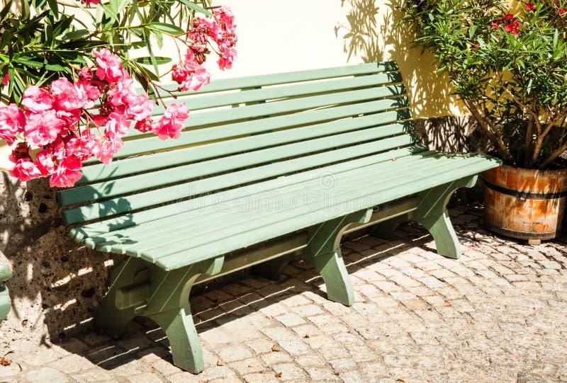 Drewniana parkowa ławka obraz stock