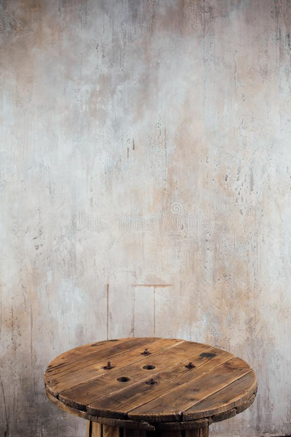 Stara drewniana rolka przeciw betonowej ściany tłu fotografia royalty free