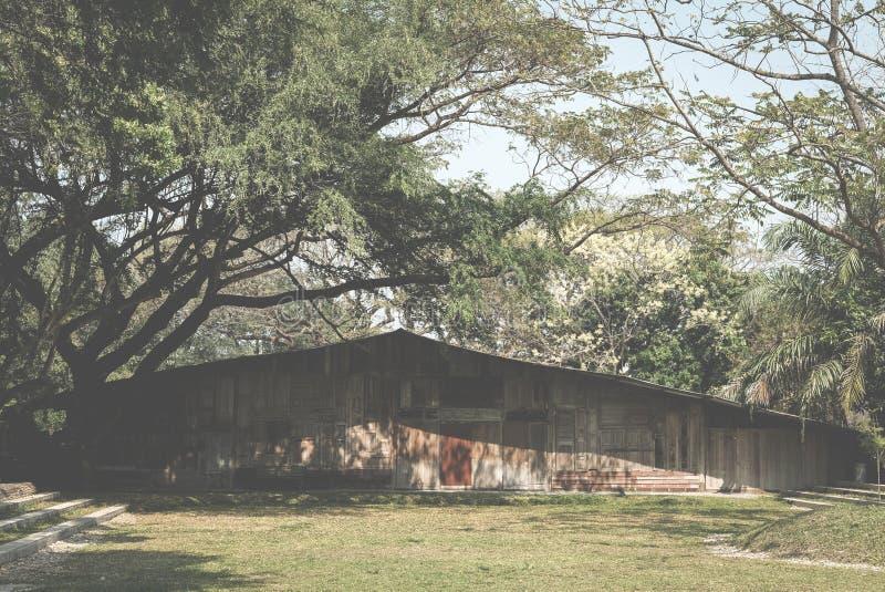 stara drewniana stajnia na gazonu jardzie retro chałupa w polu zdjęcia stock