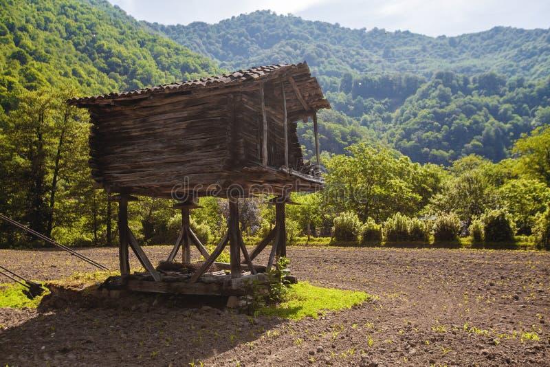 Stara drewniana stajnia w zaoranym polu obraz royalty free